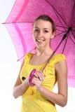 Retrato de la chica joven con el paraguas carmesí Fotografía de archivo