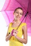 Retrato de la chica joven con el paraguas carmesí Fotos de archivo