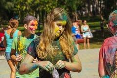 Retrato de la chica joven con el polvo del color en festival del color del holi Imagen de archivo