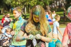 Retrato de la chica joven con el polvo del color en festival del color del holi Foto de archivo libre de regalías