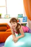 Retrato de la chica joven con la bola de la gimnasia Imágenes de archivo libres de regalías