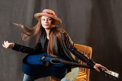 Retrato de la chica joven con la guitarra Foto de archivo libre de regalías
