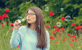 Retrato de la chica joven con las burbujas de jabón Imagen de archivo