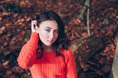 Retrato de la chica joven con los ojos azules en el bosque del otoño Fotos de archivo libres de regalías
