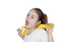 Retrato de la chica joven con un paraguas en un fondo blanco. Fotos de archivo libres de regalías