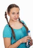 Retrato de la chica joven con una botella de agua adentro Foto de archivo