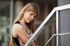 Retrato de la chica joven contra una construcción de escuelas Fotografía de archivo libre de regalías