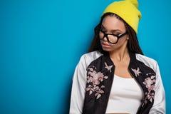 Retrato de la chica joven de moda Foto de archivo