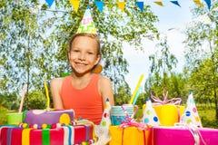 Retrato de la chica joven del feliz cumpleaños en sombrero del partido Fotografía de archivo