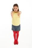Retrato de la chica joven desafiante que da los pulgares abajo Fotografía de archivo libre de regalías