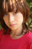 Retrato de la chica joven en camisa roja fotografía de archivo libre de regalías