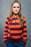 Retrato de la chica joven en camiseta rayada Imagen de archivo libre de regalías