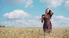 Retrato de la chica joven en campo del verano metrajes