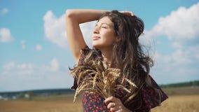 Retrato de la chica joven en campo del verano almacen de video