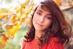 Retrato de la chica joven en el bosque del otoño Imagen de archivo