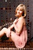 Retrato de la chica joven en el color de rosa foto de archivo