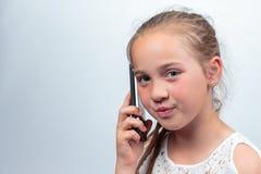 Retrato de la chica joven en el vestido blanco del verano que hace una llamada Foto de archivo libre de regalías