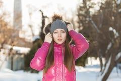 Retrato de la chica joven en invierno Imagen de archivo