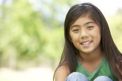 Retrato de la chica joven en parque Imagenes de archivo
