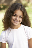 Retrato de la chica joven en parque Imagen de archivo libre de regalías