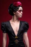 Retrato de la chica joven en vestido negro con Foto de archivo libre de regalías
