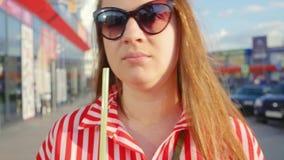 Retrato de la chica joven en vestido rojo en verano Muchacha que bebe de la paja Ci?rrese encima de tiro metrajes