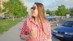Retrato de la chica joven en vestido rojo en verano Muchacha que bebe de la paja Ci?rrese encima de tiro almacen de metraje de vídeo