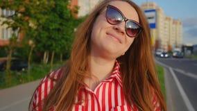 Retrato de la chica joven en vestido rojo en verano Mujer joven feliz que sonr?e en la c?mara Ci?rrese encima de tiro metrajes