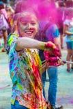 Retrato de la chica joven feliz en festival del color del holi Imagen de archivo libre de regalías