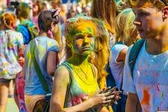 Retrato de la chica joven feliz en festival del color del holi Foto de archivo libre de regalías