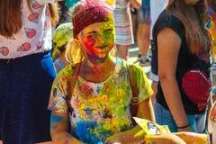 Retrato de la chica joven feliz en festival del color del holi Imagenes de archivo