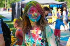 Retrato de la chica joven feliz en festival del color del holi Imágenes de archivo libres de regalías