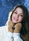 Retrato de la chica joven feliz en guantes Fotografía de archivo