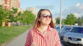 Retrato de la chica joven feliz en vestido rojo en verano Muchacha que bebe de la paja Ci?rrese encima de tiro almacen de metraje de vídeo