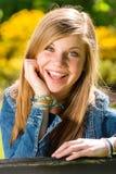 Retrato de la chica joven feliz encantadora Imagenes de archivo