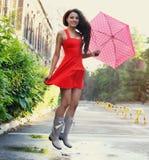 Retrato de la chica joven hermosa con el paraguas debajo de la lluvia Foto de archivo libre de regalías