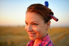 Retrato de la chica joven hermosa con el tornillo dos en hairdress Fotos de archivo libres de regalías