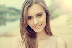 Retrato de la chica joven hermosa con la piel limpia y la cara bonita Imagenes de archivo