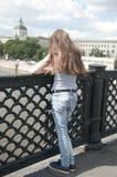 Retrato de la chica joven hermosa en el fondo del cielo azul del puente con el pelo que sopla en viento Fotografía de archivo libre de regalías