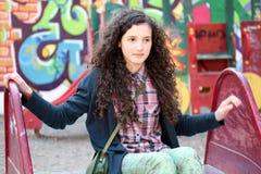Retrato de la chica joven hermosa en el patio Foto de archivo libre de regalías