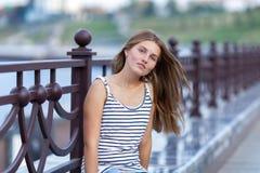 Retrato de la chica joven hermosa, feliz Imagen de archivo libre de regalías