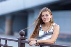 Retrato de la chica joven hermosa, feliz Fotos de archivo