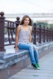 Retrato de la chica joven hermosa, feliz Imagenes de archivo