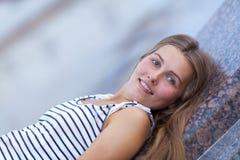 Retrato de la chica joven hermosa, feliz Imágenes de archivo libres de regalías