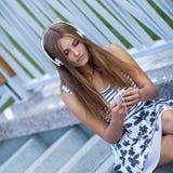Retrato de la chica joven hermosa, feliz con smartphone Foto de archivo libre de regalías