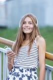 Retrato de la chica joven hermosa, feliz con smartphone Imagen de archivo