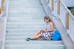 Retrato de la chica joven hermosa, feliz con smartphone Fotografía de archivo libre de regalías