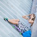 Retrato de la chica joven hermosa, feliz con smartphone Fotos de archivo
