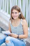 Retrato de la chica joven hermosa, feliz con smartphone Foto de archivo