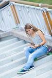 Retrato de la chica joven hermosa, feliz con smartphone Fotos de archivo libres de regalías
